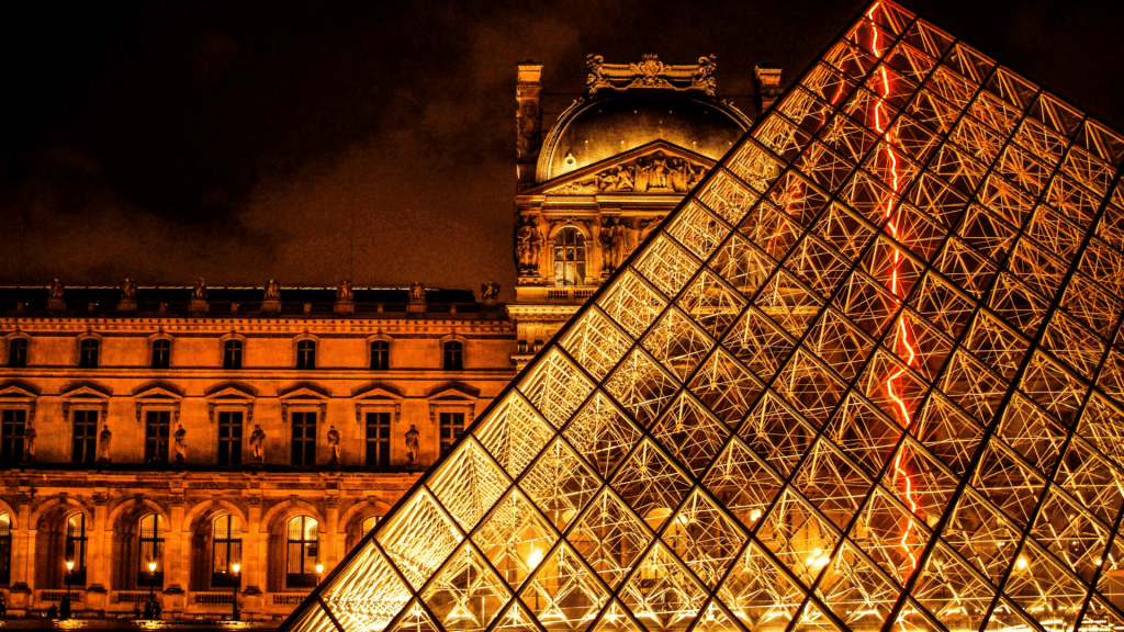 be careful of pickpockets at the Louvre museum in Paris
